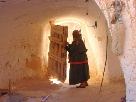 portes-femmes-autres-habitats-matmata-tunisie-6065637470-920356.jpg