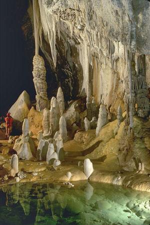 300px-lechuguilla_cave_pearlsian_gulf.jpg